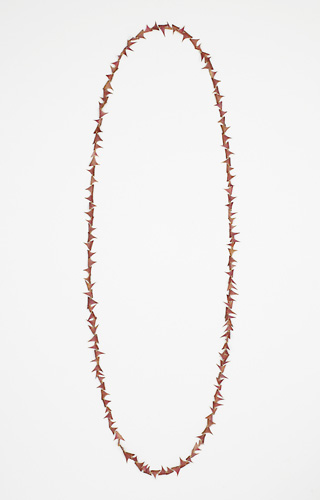 <h7>untitled, 2007, Necklace, Thorns, Gold</h7><br />o.T., 2007, Halsschmuck, Rosendornen, Gold<br /><br />Foto: Mirei Takeuchi