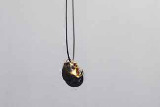 <h7>untitled, 2011, Necklace, Spider's Fangs, Gold</h7><br />o.T., 2011, Halsschmuck, Giftklauen einer Spinne, Gold<br /><br />Foto: Monika Bender