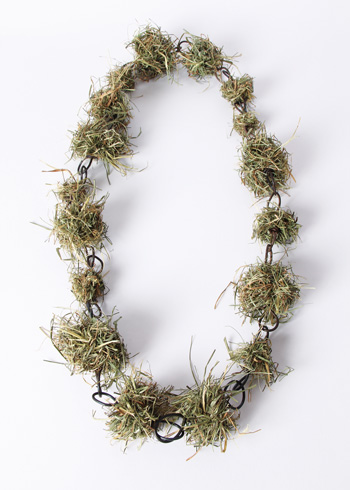 <h7>untitled, 2013, Necklace, Hay, Iron</h7><br />o.T., 2013, Halsschmuck, Heu, Iron<br /><br />Foto: Mirei Takeuchi