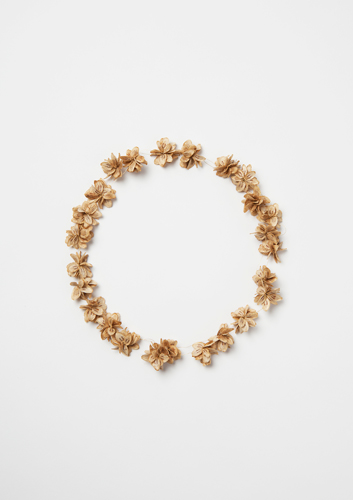 <h7>untitled, 2015, Necklace, Seeds of Giant Hogweed, Gold, Silk</h7><br />o.T., 2015, Halsschmuck, Herkulkesstaude (Samen)